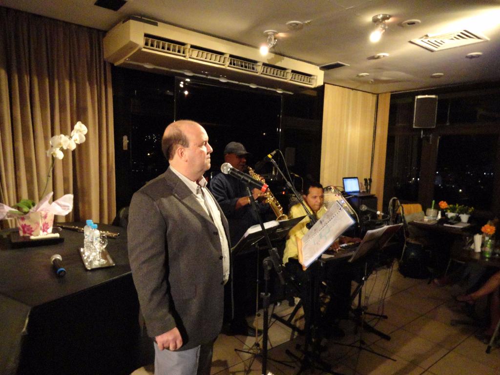 Cantor Décio Faro se apresenta em Show no Panorama Piano Bar em 2011