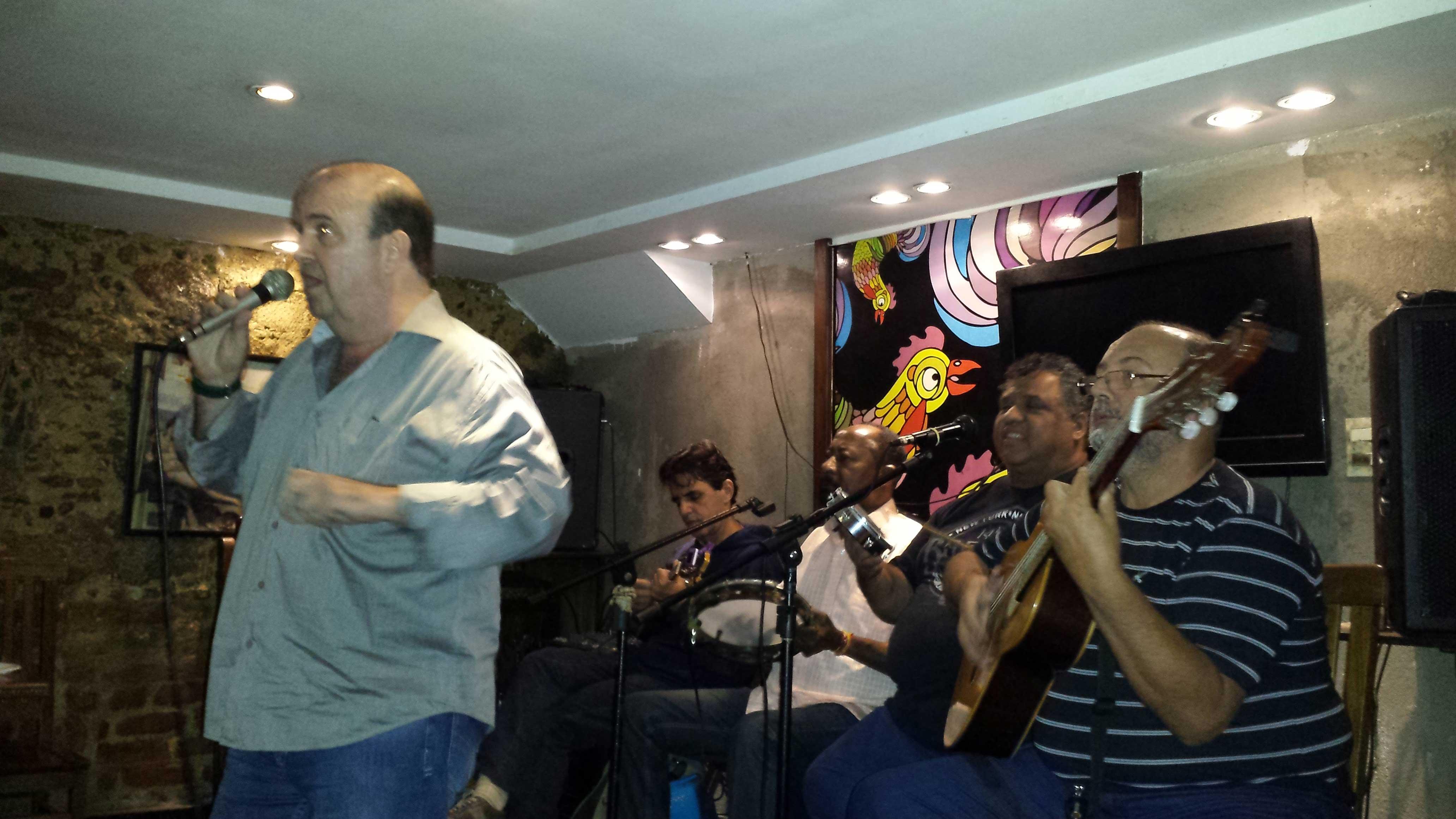 Cantor Décio Faro em apresentação com Grupo Batuque Carioca em 2015