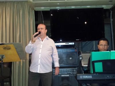 Cantor Décio Faro em apresentação no Panorama Pianos Bar em 2015